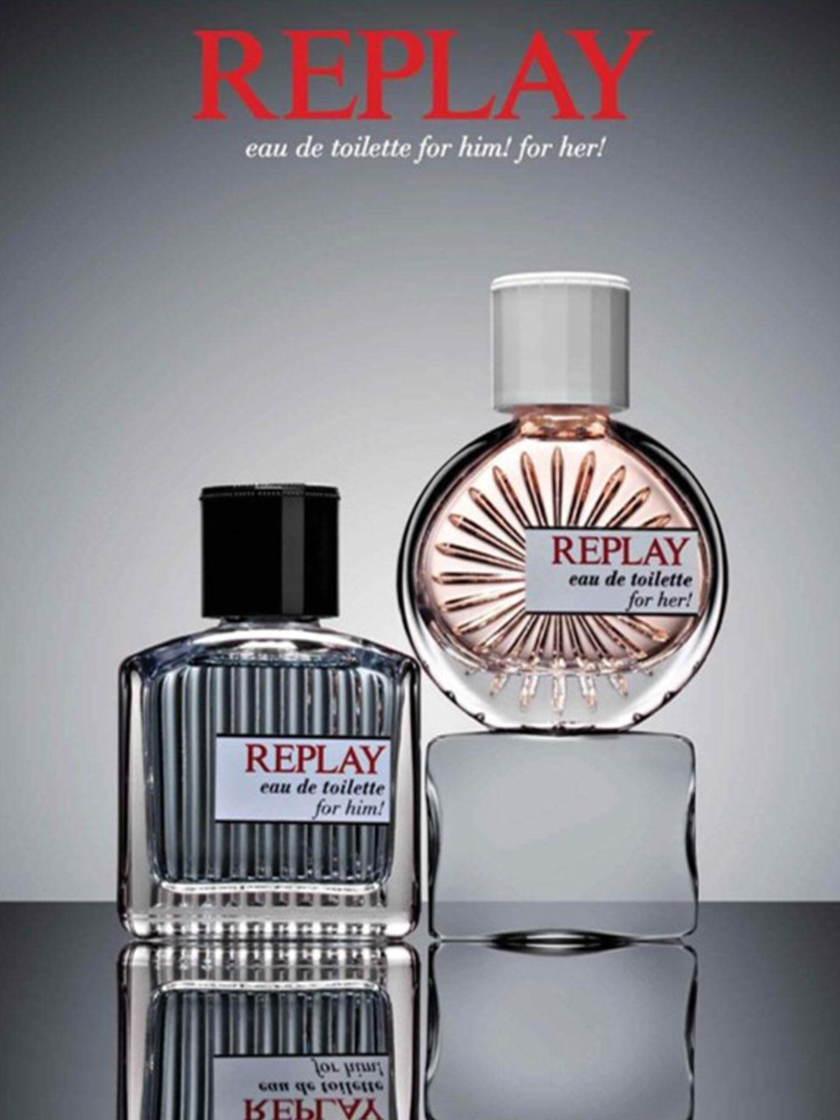 Ein Bild zweier Replay Parfum Flacons